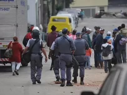 Policiais militares removem moradores da região ocupada Foto: Adriano Lima / Brazil Photo Press