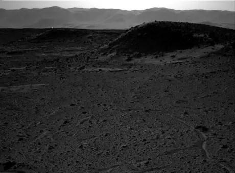 """Ponto luminoso aparece no fundo da foto, próximo às """"montanhas"""", no horizonte de Marte Foto: Reprodução NASA"""