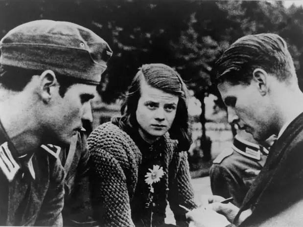 Sophie Scholl (centro) com o irmão Hans Scholl (esq.) e Christoph Probst, em Berlim, em 23 de julho de 1942 Foto: AFP