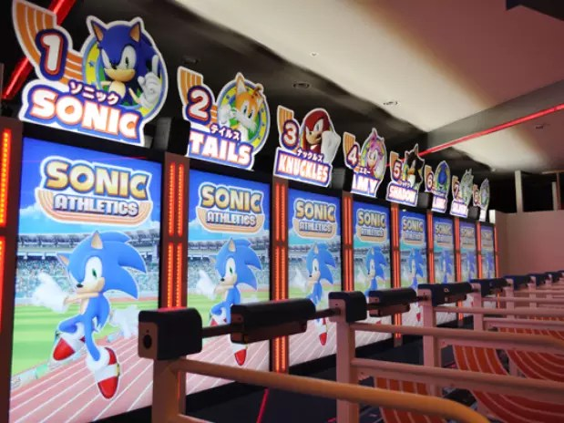 Com oito esteiras perfiladas, 'Sonic Athletics' coloca os jogadores para correr, no parque Joypolis, em Tóquio Foto: Divulgação
