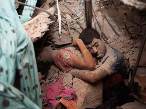 """""""Abraço Final"""", fotografia dabengalesaTaslima Akhter após o colapso de um prédio comercial em Daca Foto: Taslima Akhter / Divulgação"""