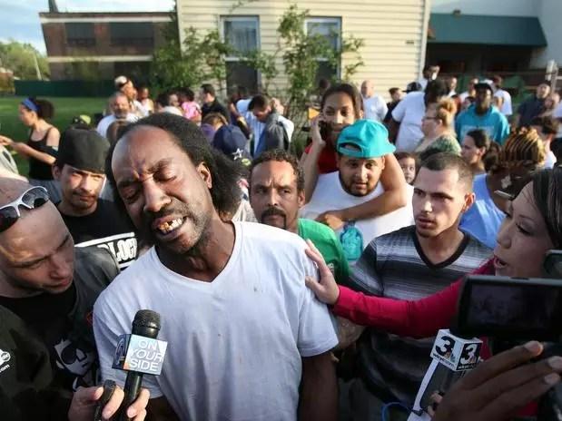 Charles Ramsey é fotografado durante a entrevista que o tornou um herói local  Foto: AP