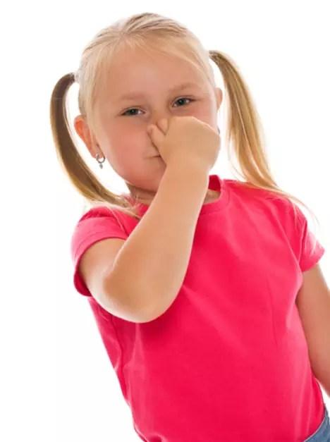 O mau hálito pode atrapalhar o relacionamento da criança com o grupo, uma vez que é desagradável conversar com alguém e sentir o odor da boca. Foto: Shutterstock