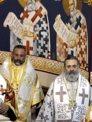 Imagen distribuida que muestra al obispo griego-ortodoxo metropolita de Alepo y Alejandría, Bulos Yazij (der), durante una misa en Damasco. Siria Foto: EFE en español