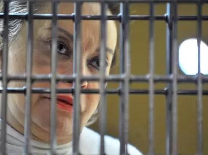En esta foto difundida por la justicia federal de México, la líder del poderoso sindicato de maestros, Elba Ester Gordillo, aparece tras las rejas durante una audiencia en una prisión federal en la ciudad de México, el miércoles 27 de febrero del 2013. Gordillo fue acusada de enriqueci miento ilícito por unos 160 millones de dólares y se le decretó fromal prisión el 4 de marzo. Foto: Juzgado Sexto de Distrito en Procesos Penales Federales / AP