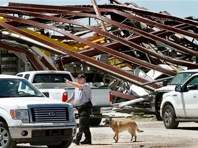 Un policía da instrucciones de desalojar una zona afectada por un tornado, en Oklahoma, el sábado 1 de junio de 2013. Foto: AP