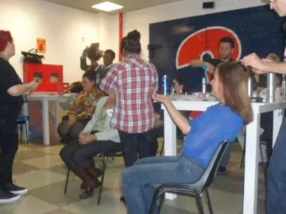 Mulheres passam por maquiadores e cabeleireiros antes da gravação Foto: Andressa Tufolo / Terra