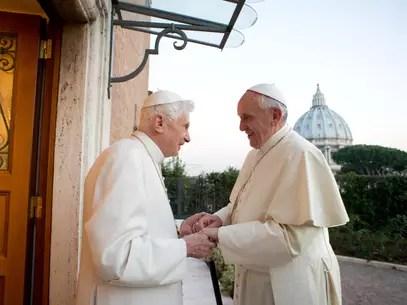 23 de dezembro de 2013: Papa Emérito Bento XVI recebe o Papa Francisco e os dois trocam saudações de Natal, no Vaticano Foto: AP