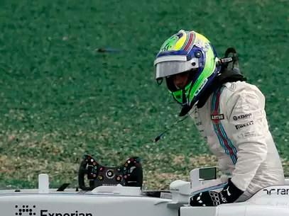 Felipe Massa deixa sua Williams após sofrer batida do japonês Kamui Kobayashi Foto: Reuters