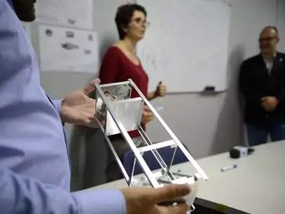 O primeiro nanossatélite brasileiro está sendo construído, em Brasília, pela Agência Espacial Brasileira Foto: Fábio Pozzebom / Agência Brasil
