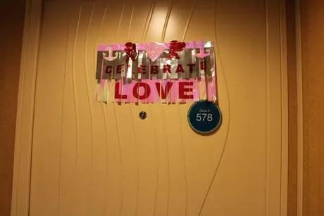 <p>No Oasis of The Seas, as portas dos casais ficam decoradas por fitinhas</p>