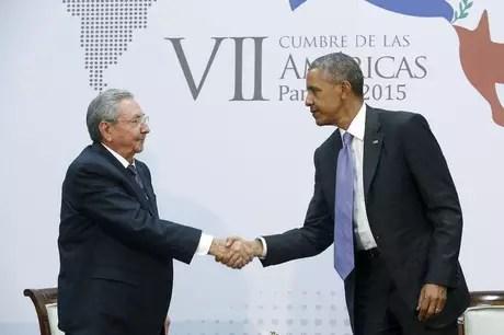 O presidente de Cuba, Raúl Castro (esquerda), e o presidente norte-americano, Barack Obama, se cumprimentam durante a Cúpula das Américas, na Cidade do Panamá, em abril