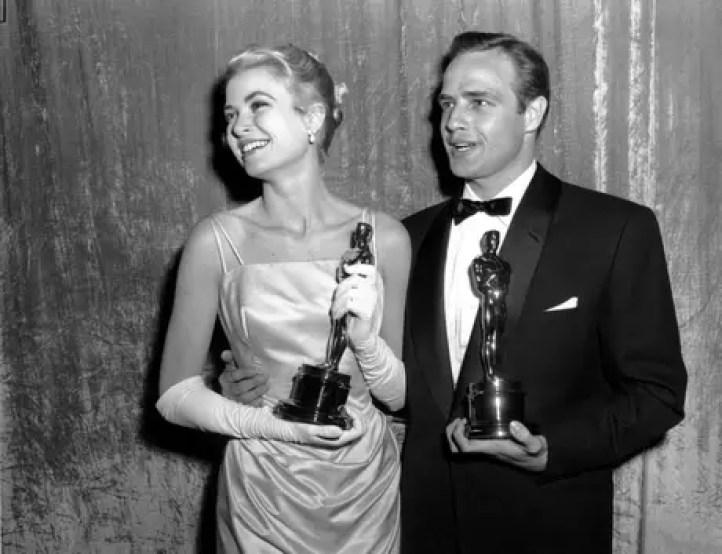 Aquí cuando ganó un Oscar como Mejor actriz en compañía de Marlon Brando.