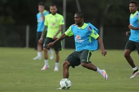 Meia passou por exames que constataram lesão muscular. Dunga aguarda Conmebol para chamar o substituto do jogador do Bayern de Munique