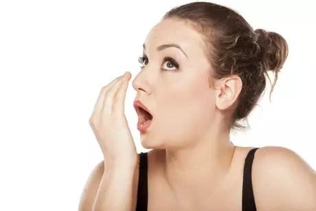 Insuficiências orgânicas, perda de peso e radioterapia e quimioterapia em casos de câncer de cabeça e pescoço também podem contribuir para o aparecimento de odores mau cheirosos na boca
