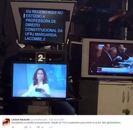 De olho no teleprompter, o TP, no qual são gerados e lidos os textos (Foto: Reprodução/@leilaneneubarth)