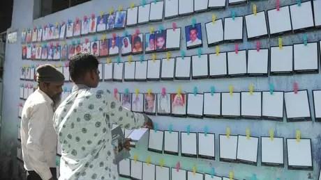 Mais de mil pessoas foram mortas, a maioria muçulmanos, em protestos em Gujarat/ acima, mural em homenagem às vítimas