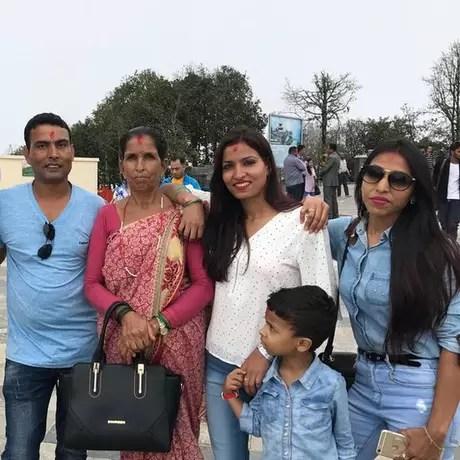 Balaram hoje convive mais a família de Nitu, por causa da rejeição dos pais ao seu casamento. Na foto, aparece com a sogra, a esposa, a cunhada e o filho Fonte: Arquivo Pessoal