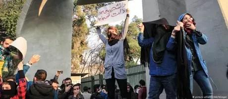 Estudantes protestam contra governo iraniano em Teerã
