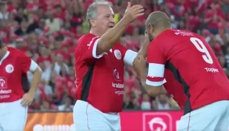 Zico ao lado de Adriano Imperador no Jogo das Estrelas, em dezembro (Foto: Reprodução/Sportv)