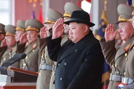 Kim Jong Un participa de parada militar em Pyongyang 9/2/2018 KCNA/via REUTERS