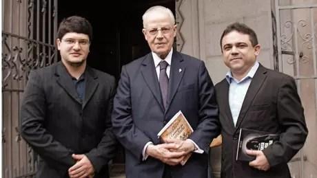 Da esq. para a dir., o designer Cicero Moraes, o tetraneto de d. Pedro I e o advogado José Lira, idealizador do projeto   Crédito: Cícero Moraes