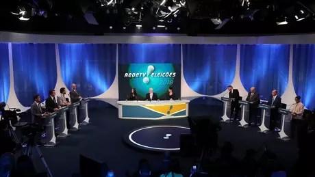 Candidatos durante debate em agosto; especialistas apontam para possíveis impactos, à esquerda e à direita, de ataque contra Bolsonaro