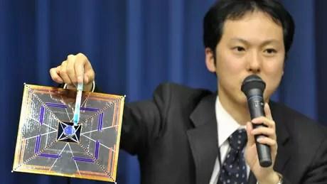O cientista japonês Yuichi Tsuda mostra um modelo da IKAROS, vela solar lançada no espaço tinha 14 metros de comprimento