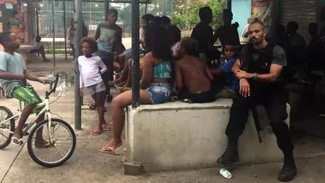 Jovem tinha ido comprar água de coco quando foi atingido por tiro na favela de Manguinhos