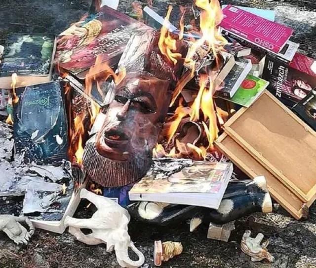 Livros da saga 'Harry Potter' e outros itens 'malignos' foram queimados em igreja na Polônia
