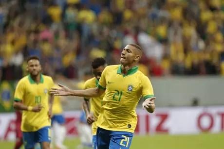 Richarlison, do Brasil, comemora seu gol em partida amistosa contra o Catar, preparatória à Copa América, realizada no estádio Mané Garrincha, em Brasília, nesta quarta-feira, 05.