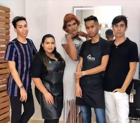 Equipe do salão onde o maquiador Alisson Motta trabalha deu um 'dia de princesa'para Úrsula.