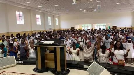 Culto da Iurd em São Tomé e Príncipe, onde a igreja brasileira está presente há 14 anos e absorveu 2% dos fiéis do país