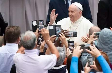 Papa Francisco cumprimenta fiéis em audiência geral