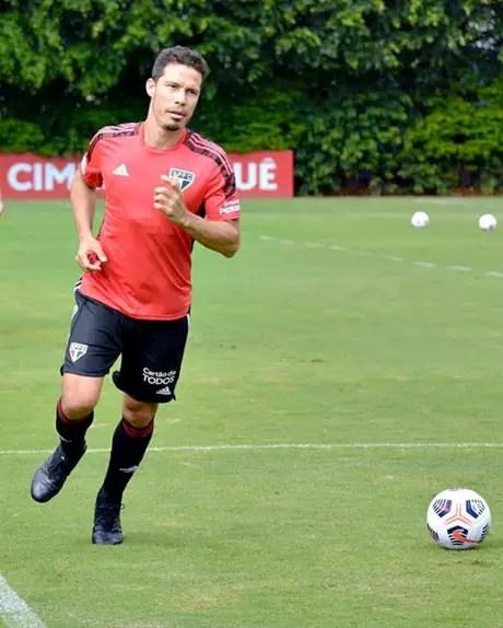 Hernanes treinou com bola, mas será desfalque na terça-feira (Foto: Divulgação)