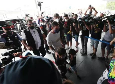 Messi chega ao aeroporto de Barcelona com sua esposa Antonela e os seus filhos Albert Gea/Reuters