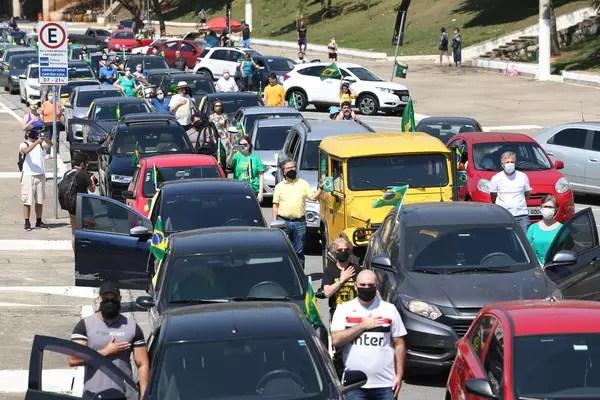 Manifestantes fazem uma carreata em apoio à Operação Lava Jato, na praça Charles Muller, em frente ao Estádio do Pacaembu, na zona oeste de São Paulo