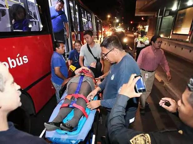 Como resultado del percance, 16 personas salieron lesionadas, entre ellas 2 menores de edad, de 7 años y 11 meses, y 6 fueron trasladadas en ambulancias a distintos hospitales. Foto: Reforma