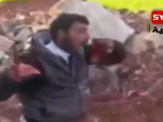 """El Ejército Sirio Libre (ESL) prometió """"castigar con severidad"""" las atrocidades cometidas por sus hombres, en medio de la conmoción mundial generada por un video que muestra a un presunto jefe rebelde arrancando el corazón y el hígado del cadáver de un soldado del régimen de Asad. El ESL asegura haber dado instrucciones para que se """"inicie rápidamente una investigación sobre este video difundido en las redes sociales y en el que la persona, que pretende ser miembro del ESL, comete un acto monstruoso contra el cadáver de un presunto un soldado del régimen criminal"""" de Bashar al Asad. En las imágenes, el rebelde arranca el corazón y el hígado del soldado en uniforme, antes de gritar: """"¡Juramos ante Dios que devoraremos vuestros corazones y vuestros hígados, soldados de Bashar el perro!"""".  Foto: AFP"""