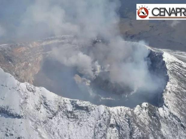 El volcán Popocatépetl (México), durante un sobrevuelo. Las autoridades mexicanas prevén un aumento de la actividad explosiva y eruptiva del volcán que esta mañana arrojó una fumarola de agua y gas de tres kilómetros sobre el nivel de cráter y lanzó fragmentos incandescentes a unos 600 metros sobre la ladera.  Foto: EFE en español