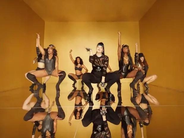 Lily Allen disponibilizou em seu canal no YouTube o clipe de Hard Out Here. Fugindo dos estereótipos que cercam as cantoras da música pop, a cantora britânica fez a letra e o vídeo criticando a postura da indústria atual e o sexismo atrelado nestes ícones Foto: Reprodução