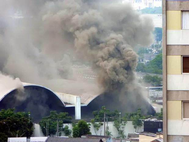 Segundo o Corpo de Bombeiros, dois homens da corporação que combatiam o fogo ficaram gravemente feridos Foto: Alberto Domingues / vc repórter