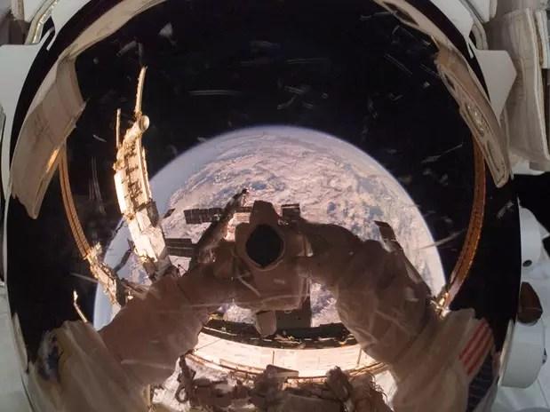 A Estação Espacial Internacional (ISS, na sigla em inglês) é refletida no capacete de astronauta Foto: Nasa / Divulgação