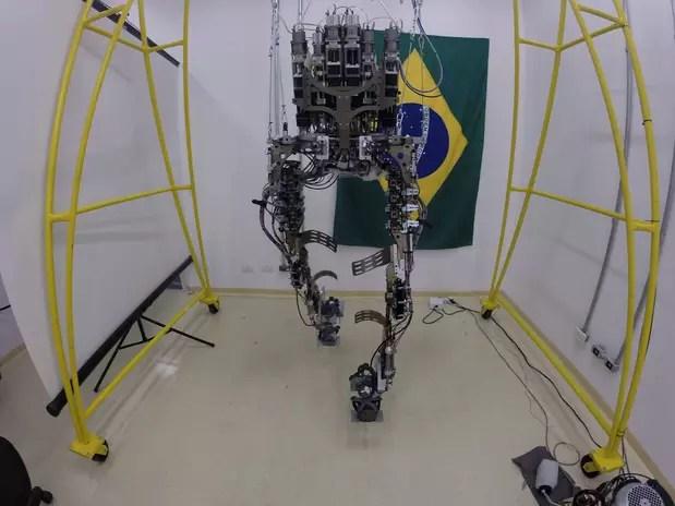O projeto liderado pelo cientista pretende levar uma pessoa paralisada a dar o pontapé inicial da Copa do Mundo de 2014 com o auxílio do exoesqueleto Foto: Facebook / Reprodução