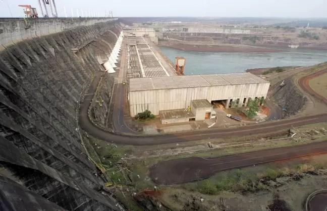 View of the Itaipu hydroelectric plant in Foz do Iguaçu, Brazil.  20/09/2007 REUTERS/Paulo Whitaker (BRAZIL)