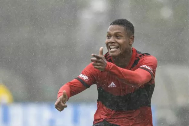 Matheus França comemorando um de seus gols marcados contra o Palmeiras (Foto: Marcelo Cortes/Flamengo)