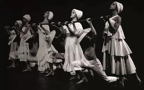 """Cena de """"Maria, Maria"""", o primeiro espetáculo montado pelo Grupo Corpo, em 1976"""