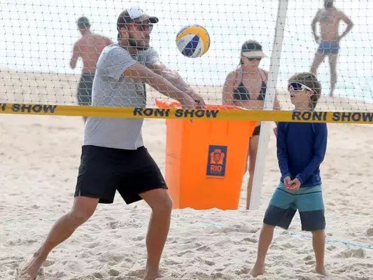 Rodrigo Hilbert joga vôlei com o filho Francisco na praia do Leblon, Zona Sul do Rio, nesta quinta-feira, 17 de dezembro de 2016