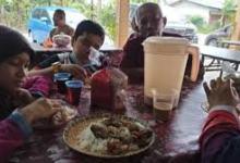 Photo of Sekeluarga  Makan di Rumah Orang Dikira Warung