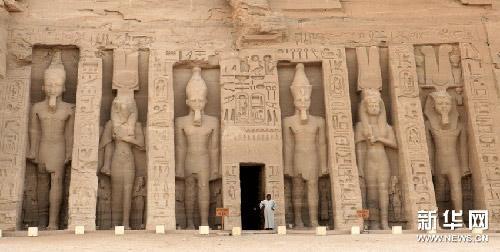 5月6日,一名埃及男子在阿布辛貝神廟旁的哈索爾神廟入口處參觀。